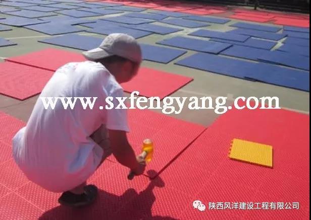 悬浮拼装地板铺装过程和方法
